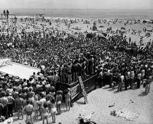 muscle beach crowd